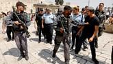 Oleh karena itu, kepolisian Israel melarang pria di bawah usia 50 tahun mengikuti ibadah salat Jumat di kompleks Masjid Al-Aqsa. Keputusan ini diambil setelah mereka mendeteksi indikasi demonstrasi dan kericuhan di sekitar kompleks suci tersebut. (AFP PHOTO / GALI TIBBON)