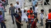 Atas alasan itu, pada salat Jumat (28/7) pemerintah Israel melarang pria berusia 50 tahun masuk ke Al Aqsa. Hanya pria di atas 50 tahun wanita segala umur yang diizinkan masuk. (AFP PHOTO / AHMAD GHARABLI)