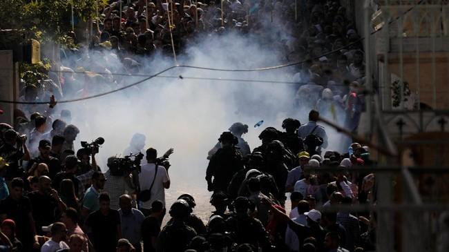Kerusuhan tak dapat dihentikan meski polisi Israel menggunakan granat dan stun gun untuk mengontrol kekacauan massa yang mendesak masuk ketika pintu gerbang masuk Al Aqsa dibuka setelah sempat ditahan beberapa jam. (REUTERS/Amir Cohen)