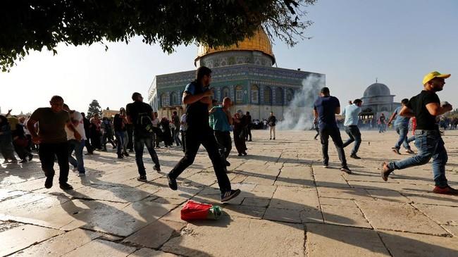 Kericuhan itu terjadi ketika Muslim Palestina mulai memadati Al-Aqsa setelah Israel mencabut detektor logam di pintu masuk masjid, satu langkah yang memicu ketegangan selama sepekan belakangan. (REUTERS/Muammar Awad)