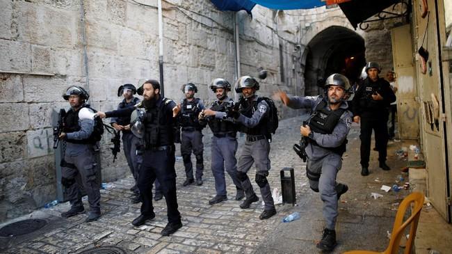 Pada Kamis, setidaknya ada 113 orang luka akibat berhadapan dengan polisi setelah Israel meningkatkan situasi kemanan terkait penjagaan ketat situs sakral dari protes yang diwarnai kekerasan. (REUTERS/Amir Cohen)