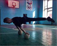 Adalah Slava Kripak, seorang remaja 18 tahun yang menekuni calisthenic. Ini adalah variasi olahraga dengan menggunakan badan sendiri. (Foto: instagram @workoutslava)