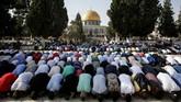 Warga Palestina mengakhiri boikot dan kembali melakukan ibadah di Masjid Al Aqsa setelah boikot selama dua pekan, Boikot tersebut dihentikan pada Kamis (27/7) kemarin setelah Israel setuju mencabut detektor logam dan seluruh pengamanan tambahan di kompleks tersebut. (AFP PHOTO / AHMAD GHARABLI)