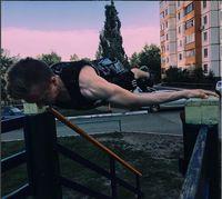 Selain lengannya harus kuat, otot-otot core tubuh juga harus terlatih. (Foto: instagram @workoutslava)