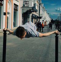 Kripak melakukannya di gym, di lapangan, dan bahkan di pembatas eskalator. (Foto: instagram @workoutslava)