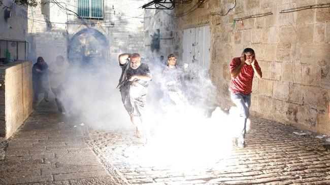 Selain itu, terdapat sejumlah anak muda yang mencoba memanjat naik ke atap masjid untuk menancapkan bendera Palestina di kompleks tersebut ditangkap polisi Israel. (REUTERS/Amir Cohen)