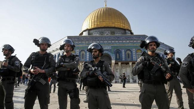 Meksipun demikian, pasukan Israel terus berjaga di situs suci bagi tiga agama terbesar di dunia itu. Mereka khawatir akan ada kerusuhan baru, terutama saat salat Jumat ketika ribuan umat Islam berusaha masuk ke Al Aqsa. (AFP PHOTO / AHMAD GHARABLI)