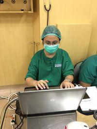 dr Neimy Novitasari, SpS memantau gelombang otak pasien untuk mengevaluasi apakah tim dokter sudah mengambil tumor dengan tepat tanpa mengganggu jaringan otak sehat yang ada di sekelilingnya. (Foto: Tim dr Irwan Barlian, SpBS (K)
