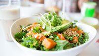 Makan sayuran dan buah pun masuk opsi yang ada. Agar kamu berselera untuk memakannya, jadikan salad saja dengan dressing yang rendah lemak, dikutip dari Mens Health, Kamis (12/10/2017). Foto: iStock