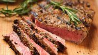 Daging merah adalah sumber protein dan nutrisi yang sehat dalam makanan dan tidak harus dihindari. Tapi, ketika daging dibakar, akan membentuk apa yang disebut hidrokarbon inflamasi, yang dapat meningkatkan peradangan dan kemudian merusak banyak organ tubuh termasuk kulit. (Foto: iStock)