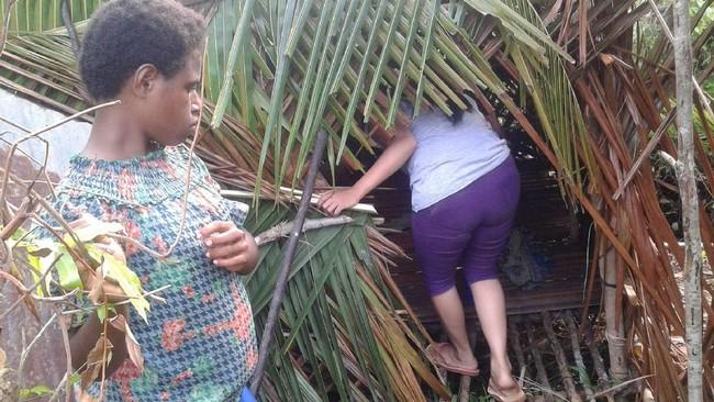 Sedihnya! Wanita Papua Diasingkan di Hutan Jelang Bersalin - 2