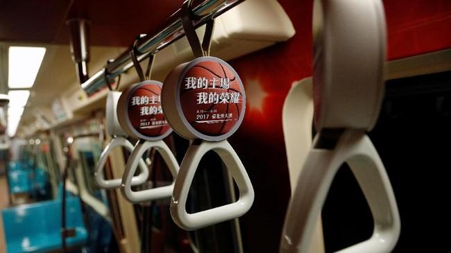 Keunikan hiasan MRT ini membuat banyak penumpang akhirnya membagikan foto-foto unik mereka dalam gerbong kereta. (REUTERS/Tyrone Siu)