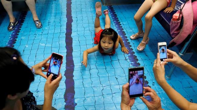 Beberapa di antaranya dihias menjadi tema pertandingan basket, track lari, lapangan sepak bola, sampai kolam renang. (REUTERS/Tyrone Siu)