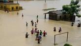 Hujan deras yang terus menghantam membuat lebih dari 20 provinsi kebanjiran dan menyebabkan jutaan warga terpaksa mengungsi. Di Udaynarayanpur, dilaporkan petir menewaskan 21 orang. (AFP PHOTO / Dibyangshu SARKAR)