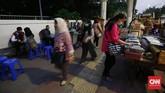 Trotoar dimanfaatkan pedagang kaki lima berjualan saat pulang jam kerja di kawasan Semanggi, Jakarta. Trotoar ternyata tak hanya digunakan oleh pejalan kaki, pengendara motor, pedagang kaki lima atau bahkan lahar parkir juga memanfaatkan fasilitas umum ini.(CNNIndonesia/Safir Makki)