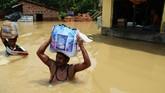 Di wilayah Amta, yang termasuk dalam distrik Howrah, Kolkata, dilaporkan 16 orang tewas karena banjir dan lebih dari 2 juta orang terdampak bencana. (AFP PHOTO / Dibyangshu Sarkar)