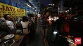 Pejalan kaki harus mengalah karena trotoar digunakan pedagang untuk berjualan seperti di kawasan Sarinah, Jakarta. Trotoar di Jakarta, dan mungkin di sebagian besar kota di Indonesia, adalah bagian dari jalan raya untuk pejalan kaki yang belum benar-benar berfungsi sesuai tujuannya. (CNNIndonesia/Safir Makki)