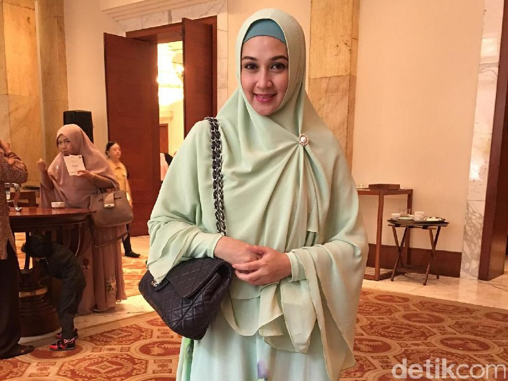 Aktif di Parpol, Begini Gaya Hijab Dina Lorenza Sekarang