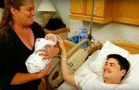 Thomas Beatie, seorang pria transgender yang menjadi kontroversi karena hamil pada tahun 2007. Sampai saat ini, ia telah melahirkan tiga anak, satu anak perempuan dan dua anak laki-laki melalui inseminasi buatan dengan donor sperma. Foto: Youtube/TheNewFacts