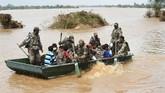Pemerintah menurunkan tentara untuk mendistribusikan bantuan ke daerah yang terdampak banjir dan sulit dijangkau, salah satunya Desa Khariya di Distrik Banas Kantha, Gujarat. (AFP PHOTO / SAM PANTHAKY)
