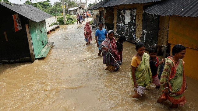 Banjir bandang melanda wilayah Gujarat di barat India, menewaskan 218 orang dan memaksa lebih dari 450 ribu penduduk mengungsi. (REUTERS/Rupak De Chowdhuri)