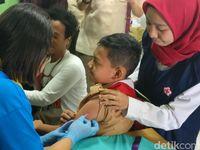 Di SMPN 103, para murid mendapat suntikan vaksin dibantu oleh petugas dari puskesmas dan Palang Merah Indonesia (PMI). (Foto: Firdaus Anwar)