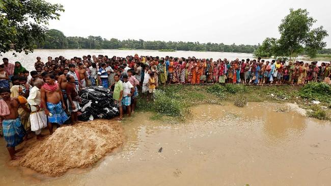 Banjir juga memutus jalur transportasi yang membuat warga di daerah yang terdampak bencana harus bergantung pada sumbangan dan bantuan pemerintah. (REUTERS/Rupak De Chowdhuri)