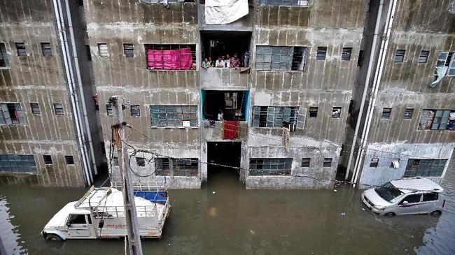 Bukan hanya wilayah pedesaan, banjir juga terjadi di kota-kota besar, seperti Ahmedabad, Gujarat, yang membuat warga terjebak di gedung-gedung apartemen. (REUTERS/Amit Dave)