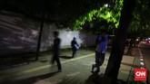 Pejalan kaki melewati trotoar di kawasan Bendungan Hilir, Jakarta. Penertiban trotoar dari parkir liar, pedagang kaki lima, motor yang masuk trotoar diharapkan dapat mengembalikan hak pejalan kaki. (CNNIndonesia/Safir Makki)