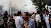 Kobaran api dilaporkan mulai merembet sekitar pukul 17.00 waktu setempat. Pasukan pemadam kebakaran pun langsung dikerahkan ke lokasi. (Reuters/Toru Hanai)