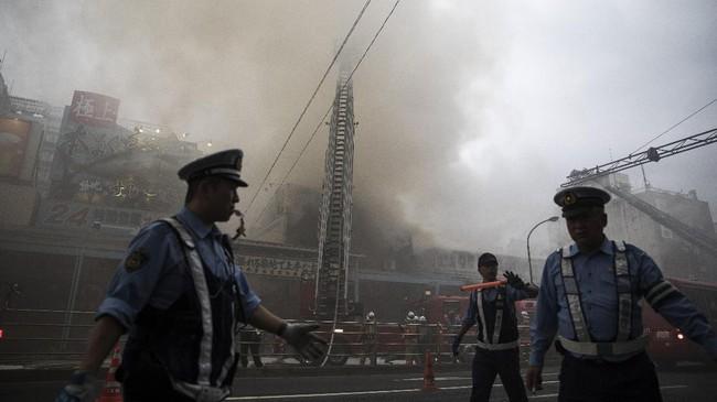Juni lalu, gubernur Tokyo mengumumkan rencana untuk memindahkan Tsukiji dari lokasi laris turis ini. (AFP Photo/Behrouz Mehri)
