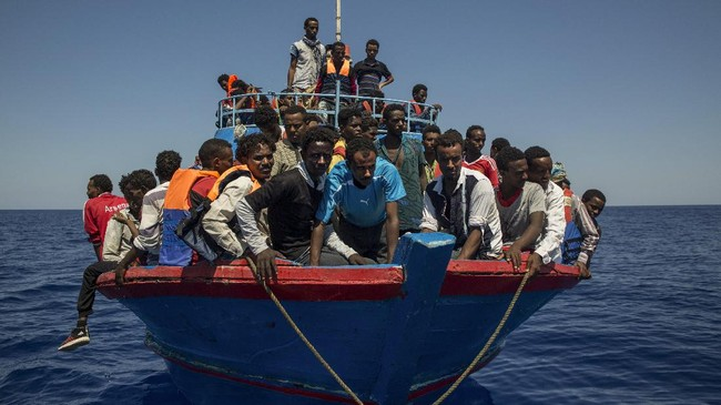Ribuan imigran Afrika mempertaruhkan nyawa setiap harinya untuk menyeberangi Laut Mediterania melalui Libya demi mencapai Italia, menyedot perhatian dunia hingga akhirnya sejumlah pihak mengulurkan tangannya untuk membantu. (AFP Photo/Angelos Tzortzinis)