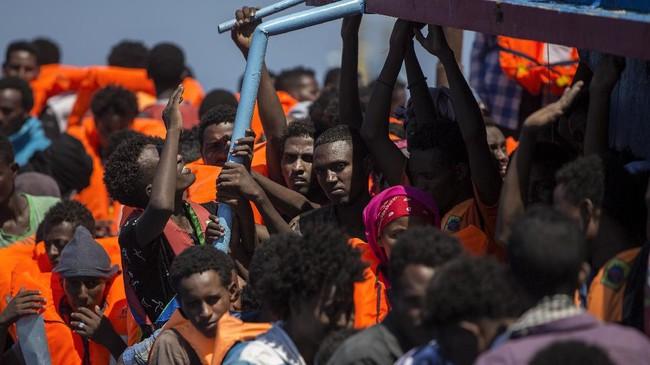 Sejak awal tahun ini, sebanyak 95.215 orang memang berhasil mencapai Italia. Namun tetap saja, 2.230 imigran tewas di Laut Mediterania dalam tujuh bulan pertama di tahun 2017. (AFP Photo/Angelos Tzortzinis)