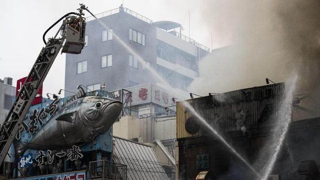 Merujuk pada hasil penyelidikan awal, api diduga bersumber dari salah satu bagian luar Tsukiji. Daerah luar pasar ini penuh dengan restoran-restoran kecil yang menjual makanan laut segar. (AFP Photo/Behrouz Mehri)