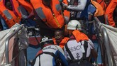 Setelah perdebatan panjang, Italia akhirnya memutuskan melakukan operasi Angkatan Laut untuk membantu menyelamatkan para imigran. (AFP Photo/Angelos Tzortzinis)