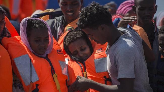 Pengerahan pasukan angkatan laut Italia ini juga menimbulkan kekhawatiran akan kemungkinan kekerasan terhadap imigran di tempat penampungan. (AFP Photo/Angelos Tzortzinis)