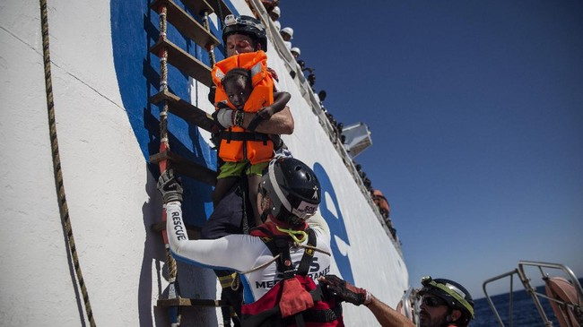 Italia akan mengerahkan enam kapal untuk membawa para imigran ke pusat penampungan di Tripoli. Terhitung mulai hari ini, Italia sudah mengerahkan dua kapalnya menuju Laut Mediterania. (AFP Photo/Angelos Tzortzinis)