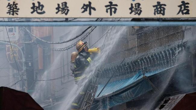 Sementara itu, bagian dalam pasar Tsukiji, tempat sebagian besar pedagang grosir makanan laut, tidak terpengaruh kebakaran. (Reuters/Toru Hanai)