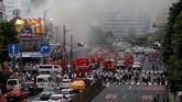 Sebanyak 30 mobil pemadam kebakaran dikerahkan ke lapangan. (Reuters/Toru Hanai)