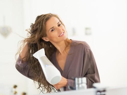Wanita Ini Panik Saat Hair Dryer Barunya Menyemburkan Api
