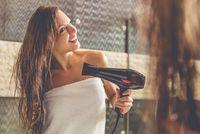 Selalu menggunakan hair drayer setiap hari? Mulai saat ini ubah kebiasaan itu. Panas yang keluar bisa merusak rambut dan membuat kulit kepala lebih rentan. Foto: Thinkstock