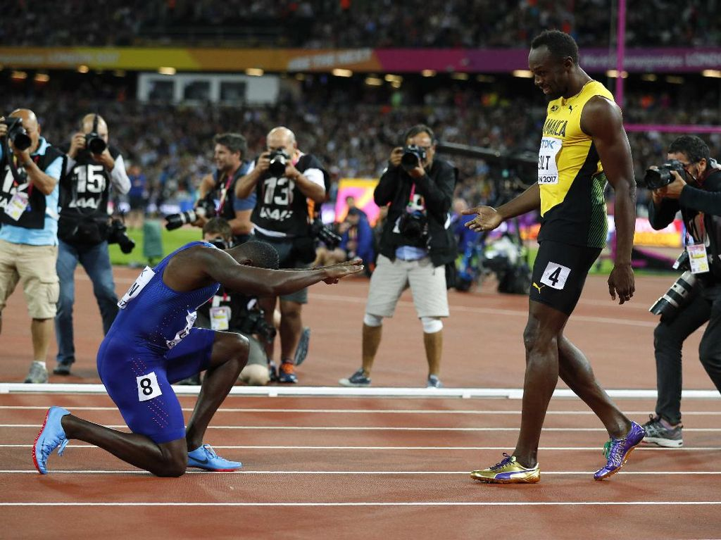 Justin Gatlin memberi hormat kepada Usain Bolt, Si Manusia Tercepat yang selalu memenangi medali emas 100 meter di kejuaraan dunia/olimpiade sejak 2009 (Foto: Reuters/Phil Noble)