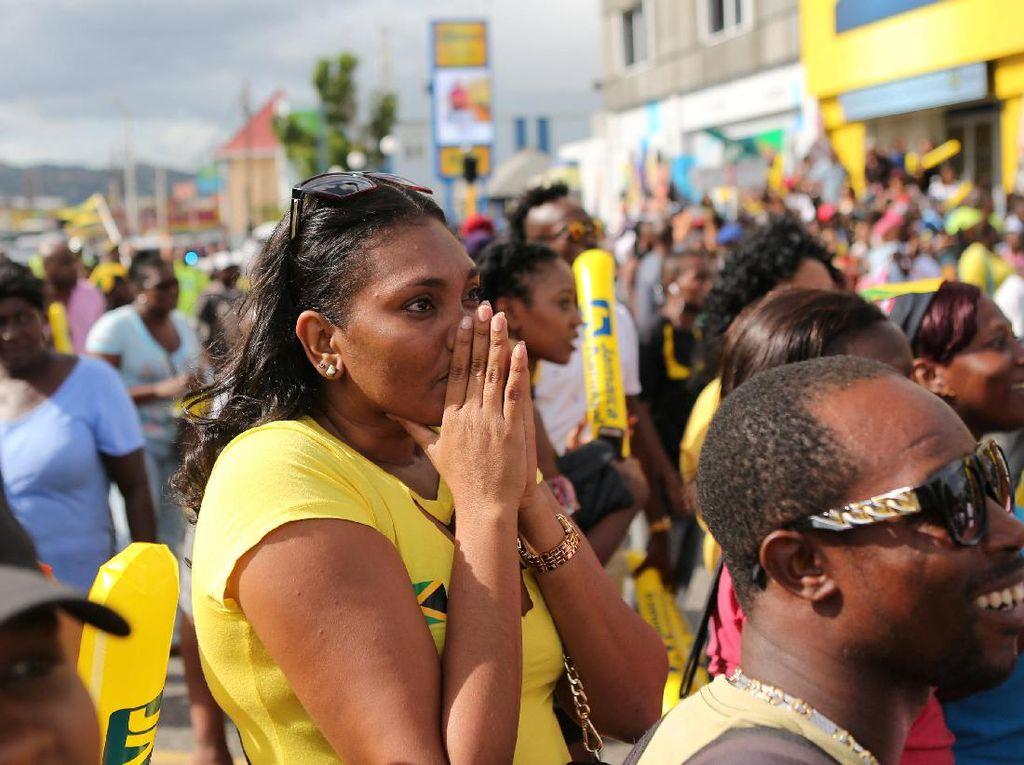 Masyarakat Jamaika di Kingston tampak kecewa dengan kekalahan Bolt tersebut (Foto: REUTERS/Gilbert Bellamy)