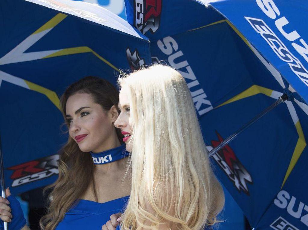 Ini dua sosok gadis payung dari tim Suzuki Ecstar. Tak membosankan untuk dilihat, bukan? (Foto: Mirco Lazzari gp/Getty Images)