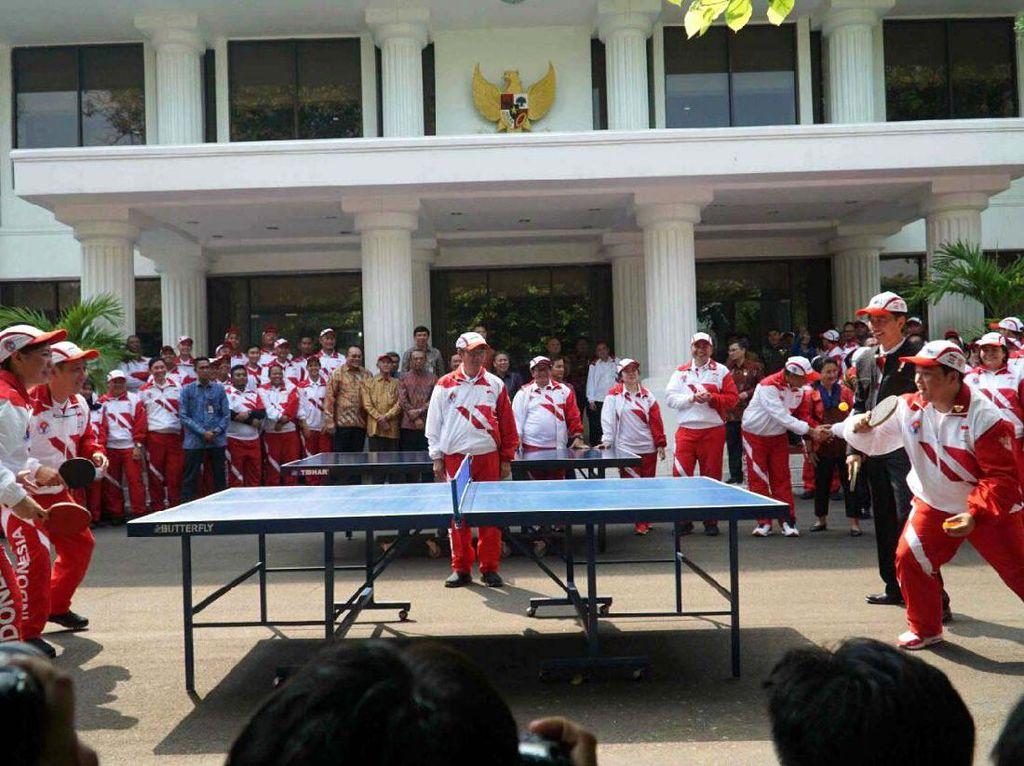 Usai pelepasan, Jokowi menggelar pertandingan tenis meja. Berpasangan dengan Erick, ganda dadakan itu berhadapan dengan Susy Susanti, Kepala Bidang Pembinaan dan Prestasi Persatuan Bulutangkis Seluruh Indonesia (PBSI) dan Yopie Warsono, mantan petenis meja yang kini menjadi pelatih tim tenis meja SEA Games 2017. Pool/INASGOC.