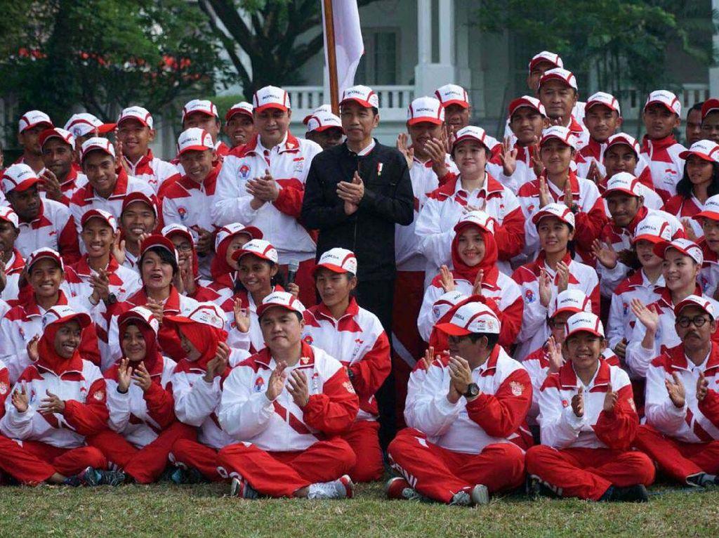 Jokowi berfoto dengan para atlet. Pool/INASGOC.