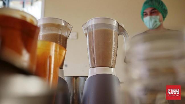 Air perasan jamu jika diperlukan dapat ditambahkan garam, gula aren, dan jeruk nipis. Proses pembuatan mesti diawasi ketat dan higienis. (CNN Indonesia/Andry Novelino)