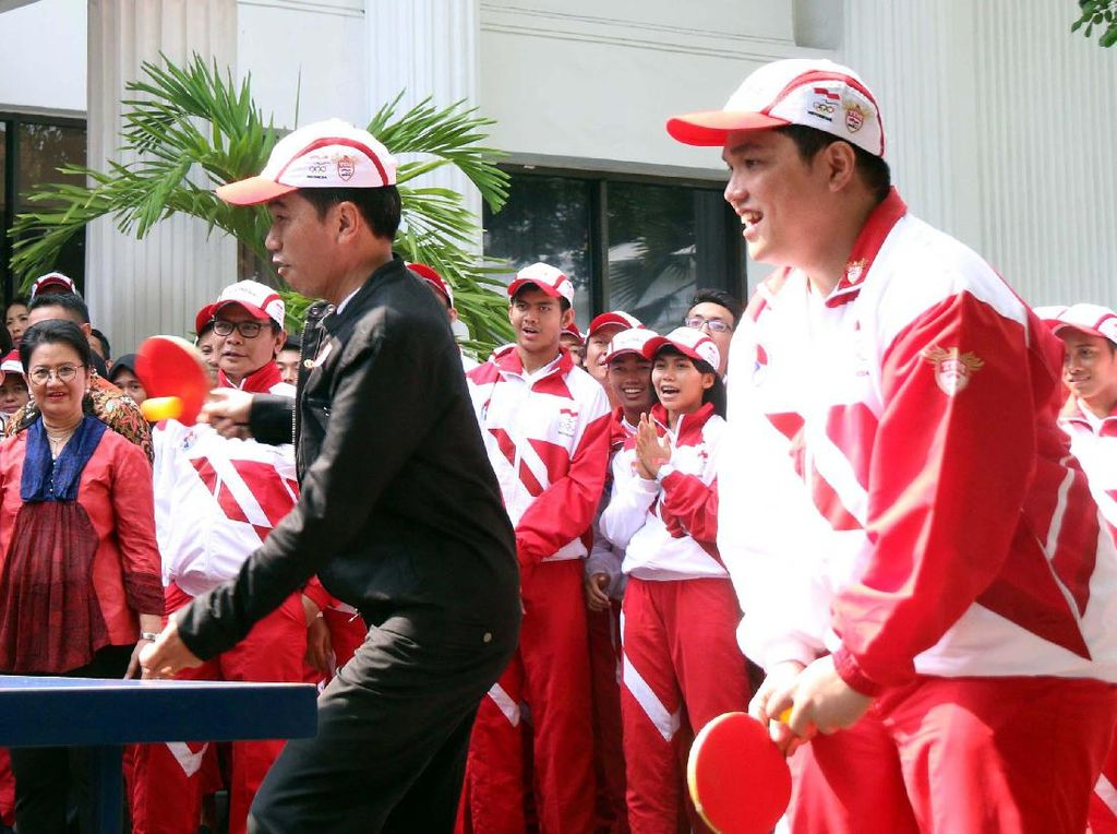 Presiden Jokowi menyemangati para atlet yang akan berlaga. Sekitar 250 juta penduduk Indonesia akan terus mendukung dan menyemangati mereka.