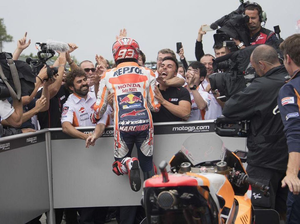 Marquez girang benar dengan kemenangan yang membuatnya mempertahankan posisi puncak klasemen MotoGP 2017 tersebut. (Foto: Mirco Lazzari gp/Getty Images)