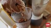 Dalam proses pembuatannya, bahan utama jamu dihaluskan dengan ditumbuk, digerus lalu diblender.Air perasannya kemudian disaring menggunakan kalo(saringan dari anyaman bambu) atau kain kasa, hingga diperoleh 1/4 cangkir jamu. Jika tak cukup,dapat ditambah air matang secukupnya. (CNN Indonesia/Andry Novelino)